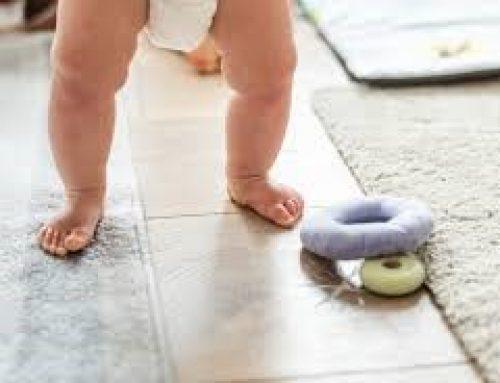 Mi hijo camina con las piernas torcidas, ¿es normal?